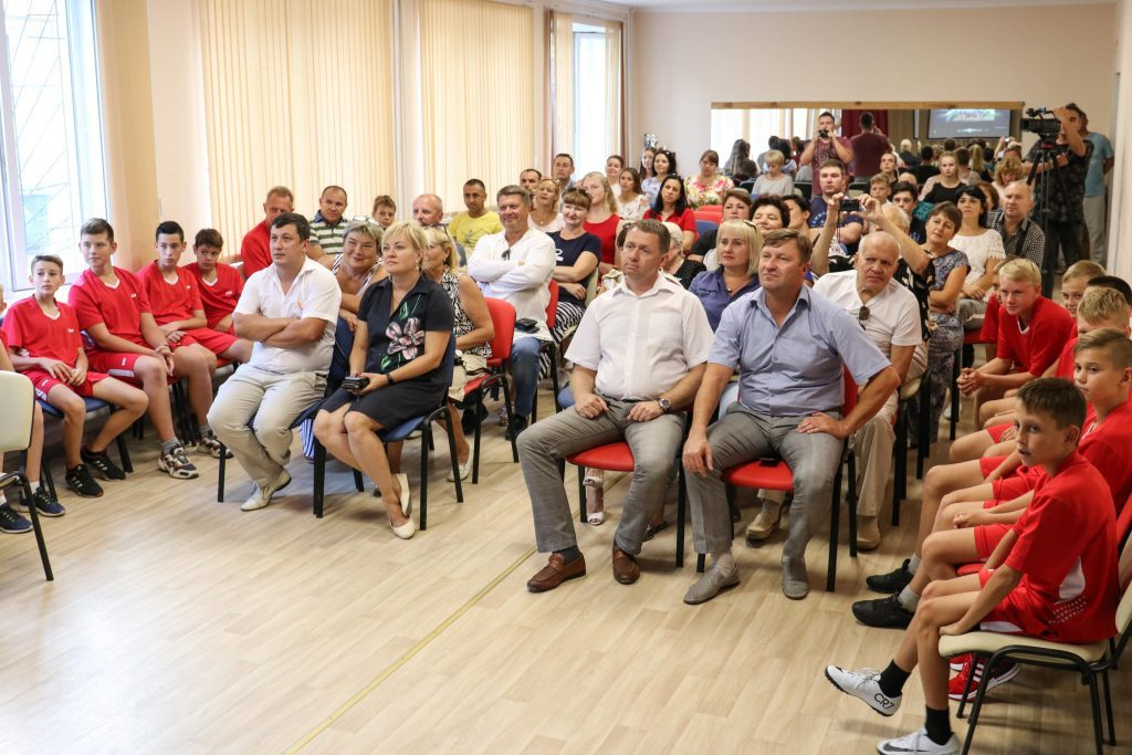 Исполняющий обязанности главы администрации Михаил Афанасьев поздравил команду по футболу МБУ «Спортивная школа г. Саки»
